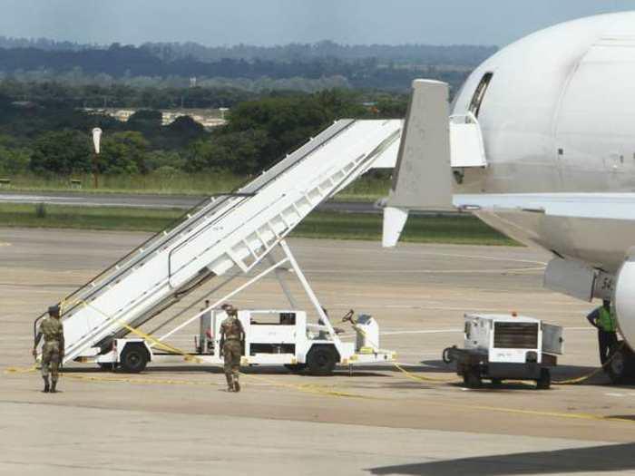 On a trouvé un cadavre dans un avion enregistré aux États-Unis. Cet avion transportait des millions de dollars en cash de la banque centrale de l'Afrique du Sud.