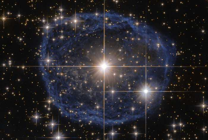 La bulle bleue aperçue par Hubble autour de l'étoile Wolf-Rayet WR 31a