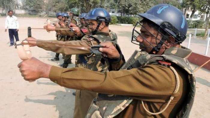 La police indienne va utiliser des lance-pierres avec des boules de piment pendant les manifestations
