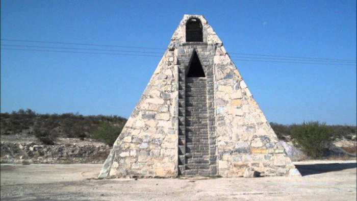 Raymundo Corona est un Mexicain a construit une pyramide Aztèque parce qu'un alien lui a dit de le faire.