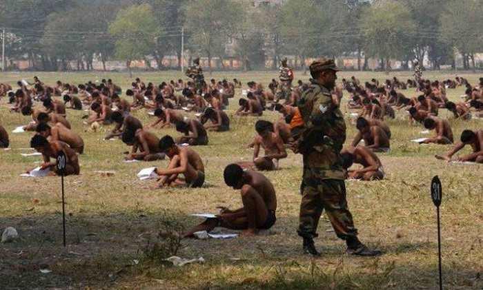 Des candidats pour entrer dans l'armée indienne doivent passer un examen en slip pour éviter la triche.