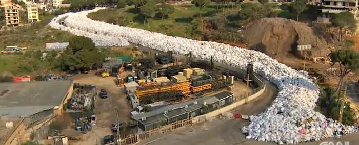 Une rivière de déchets s'écoule dans la ville de Beyrouth