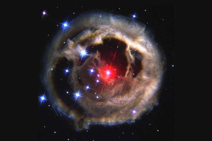 Une grande étoile qui avale sa petite compagne provoque une explosion violente dans la galaxie d'Andromède. Et cela a été prédit par le fils de Charles Darwin il y a 150 ans.