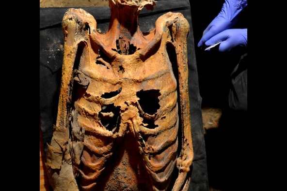 La momie, trouvée dans l'ancien village de Deir el-Medina, date de 1 300 à 1 010 avant l'ère commune.