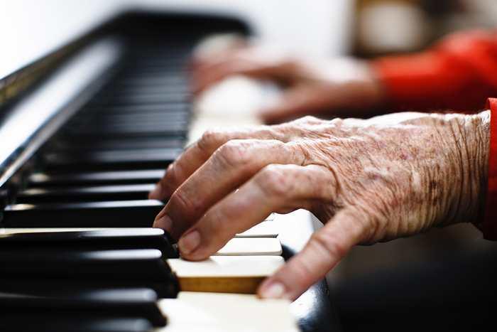 Le mystère d'une pianiste, âgée de 101 ans et souffrant démence, qui possède un talent exceptionnel pour le piano.