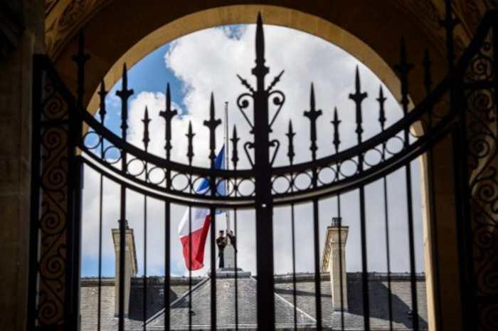 Les drapeaux de l'Elysée mis en berne, au lendemain du drame. Christophe Petit Tesson/AFP