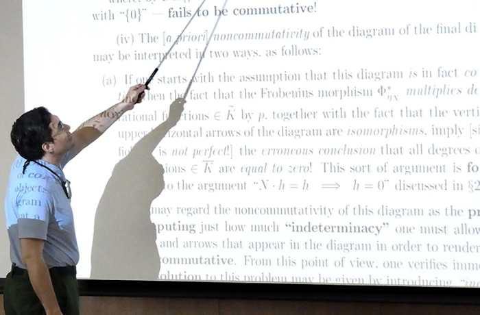 Shinichi Mochizuki, un mathématicien qui prétend avoir démontré la conjecture abc, a tenu une conférence pour expliquer ses travaux. Ses papiers, totalisant 500 pages, doivent être encore validés même si on a fait quelques progrès pour les comprendre.