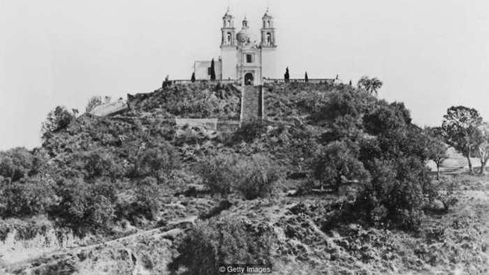 La plus grande pyramide du monde se trouve au Mexique. Malgré son gigantisme, elle est restée inconnue pendant des siècles et même Cortez n'y a vu que du feu. La Grande Pyramide de Cholula recèle encore de nombreux mystères sur son origine.