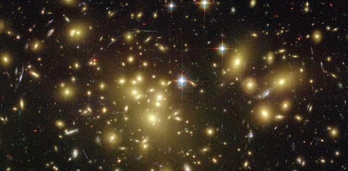 Amas de galaxie A1689, image obtenue avec le télescope spatial Hubble. N. Benitez (JHU), T. Broadhurst (Hebrew Univ.), H. Ford (JHU), M. Clampin (STScI), G. Hartig (STScI), G. Illingworth (UCO/Lick), ACS Science Team, ESA, NASA