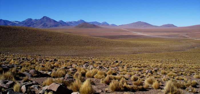 Notre planète est bleue à la surface et à l'intérieur. Un grand réservoir d'eau a été découvert en dessous d'un volcan dans les Andes et l'intérieur de la Terre pourrait avoir des poches similaires d'eau sous la plupart des grands volcans.