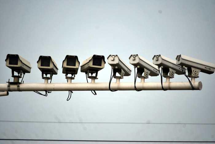 Un dossier du site Motherboard Vice analyse comment les gouvernements, les organisations de défense et de renseignement et des entreprises comme Thales veulent utiliser les réseaux sociaux comme un outil de propagande et de surveillance de masse en temps réel.