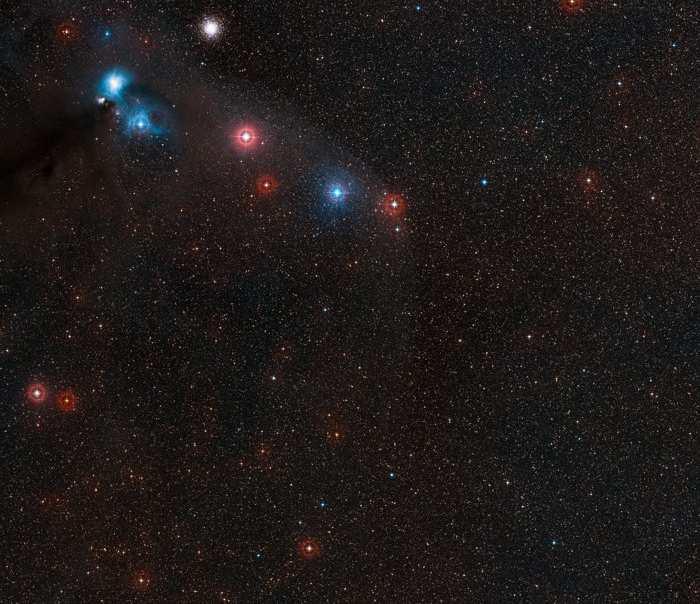 Cette image montre une partie du ciel autour de l'étoile à neutron RX J1856.5-3754 dans la partie sud de la constellation de la Couronne Australe. Dans cette image, l'étoile à neutron est trop faible pour la voir à l'oeil nu, mais elle se trouve au centre de cette image. Crédit : ESO/Digitized Sky Survey 2 - Davide De Martin