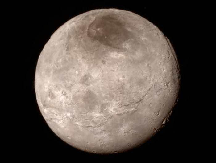 La relation de Pluton avec sa lune Charon est l'une des interactions les plus inhabituelles du système solaire à cause de la taille et de la proximité de Charon. Charon fait la moitié du diamètre de Pluton et il orbite à environ 19 000 km de la planète naine. C'est comme si notre lune était trois fois plus proche de la Terre avec un diamètre équivalent à Mars.