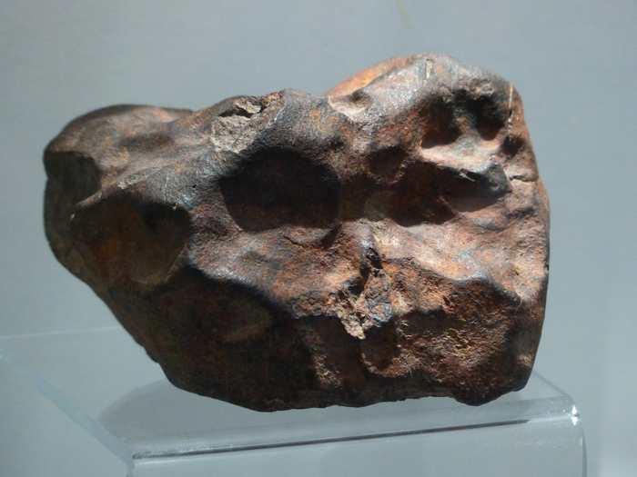 Les chercheurs ont découvert des minéraux provenant de 43 météorites qui ont atterri sur Terre il y a 470 millions d'années. La moitié des graines de minéraux proviennent de météorites inconnues ou très rares par rapport aux météorites actuelles. Ces découvertes suggèrent qu'on doit revoir notre compréhension du système solaire.