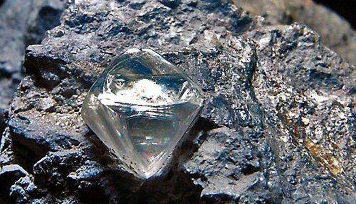 Emmanuel Momoh, un pasteur chrétien découvre un gigantesque diamant de 706 carats dans la province de Kono en Sierra Leone. Ce pasteur est un chercheur de diamants occasionnel.