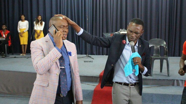 Paul Sanyangore est un pasteur au Zimbabwe qui prétend qu'il peut téléphoner directement à Dieu