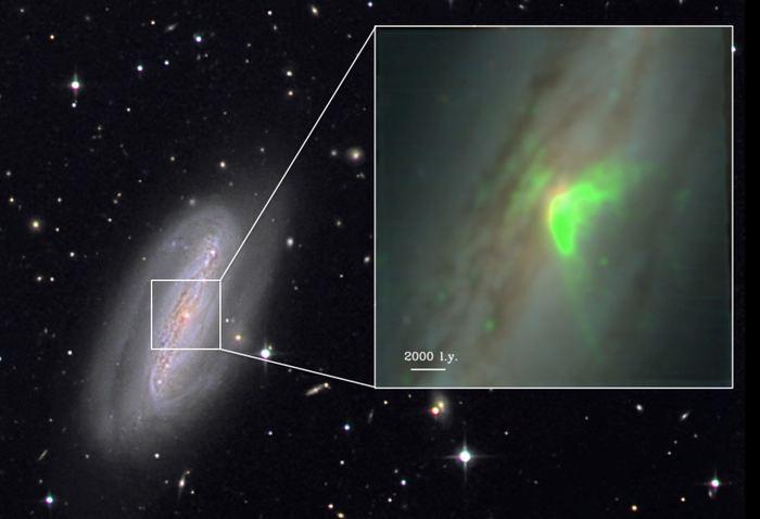 """Une observation sur le centre d'une galaxie voisine a révélé un lien surprenant entre la galaxie et le trou noir supermassif au centre. La galaxie est un exemple extrême d'un """"AGN obscurci"""", un trou noir supermassif recouvert de gaz et de poussière."""
