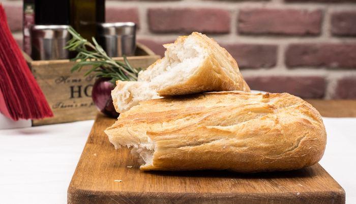 Les résultats d'une étude montrent que la consommation de pain blanc ou de pain de blé entier n'a aucune différence significative, mais que les effets varient selon votre microbiome.