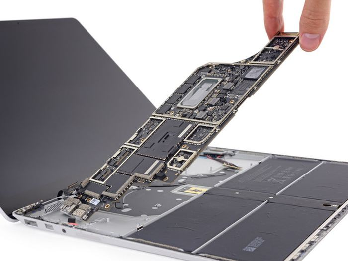 La plateforme iFixit a tenté de démonter le Surface Laptop et leur conclusion est que c'est une grosse merde. Une note de 0/10.