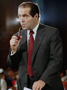 Antonin Scalia, juge de la Cour Suprême, avait écrit une opinion dissidente sur l'affaire Edwards v. Aguillard. Aujourd'hui, la Cour Suprême est plus favorable à cette opinion de Scalia concernant l'Establishment Clause - AP Photo/Lana Harris