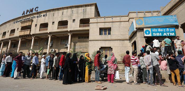 Des indiens qui font la queue pour échanger leurs anciens billets - Crédit : AP Photo/Ajit Solanki