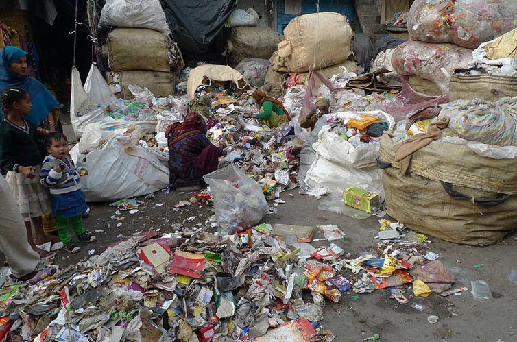 Une indienne qui trie les déchets à Delhi - Dana Kornberg
