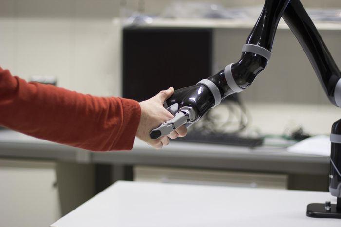 Les implants contrôlés par le cerveau se multiplient de plus en plus. Et des chercheurs avertissent sur les dangers potentiels de ces interfaces cerveau-machine.