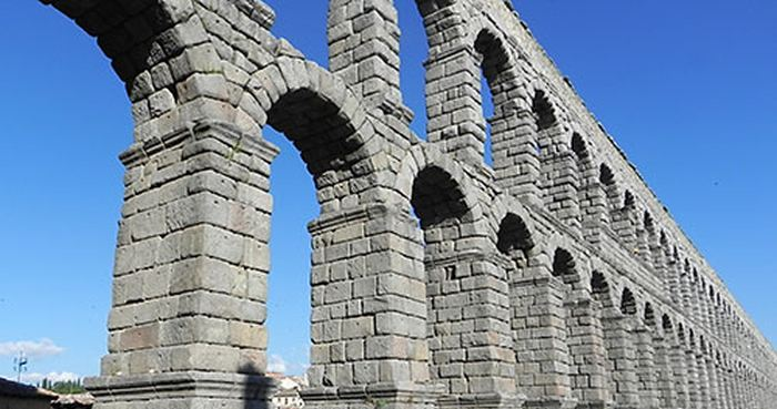 Le béton romain est plus résistant que le ciment Portland. Des chercheurs rapportent que c'est l'interaction avec l'eau de mer qui lui donne sa résistance remarquable.