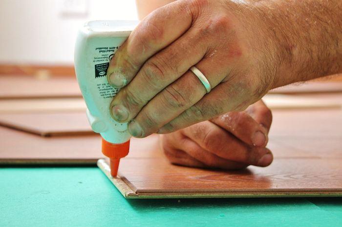 Découvrez les types de colles que vous pouvez utiliser pour coller sur du bois, du plastique, du caoutchouc, du verre ou du métal.