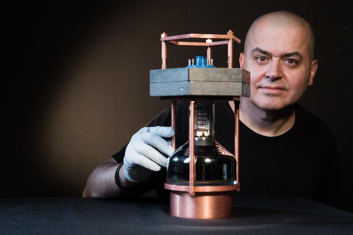 Juan Collar, professeur de physique à l'université de Chicago, avec le plus petit détecteur de neutrinos au monde pour observer l'interaction entre un neutrino et le noyau d'un atome - Crédit : Jean Lachat/University of Chicago