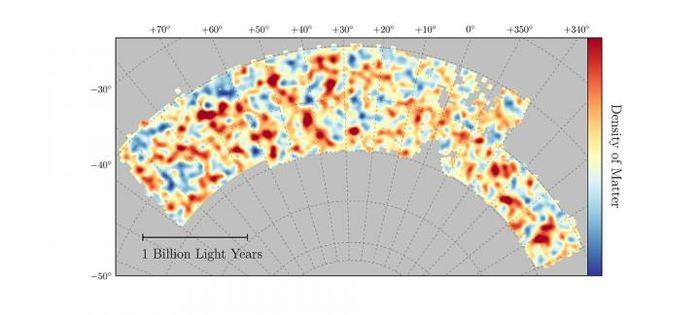 La carte de la matière noire provenant des mesures des lentilles gravitationelles de 26 millions de galaxie. Les régions rouges possèdent plus de matière noire que la moyenne et les régions bleues possèdent moins de matière noire que la moyenne - Crédit ; Chihway Chang/University of Chicago/DES collaboration