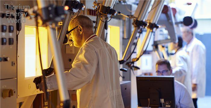 Un scientifique du NRG prépare le thorium pour le réacteur - Crédit : thoriumenergyworld.com