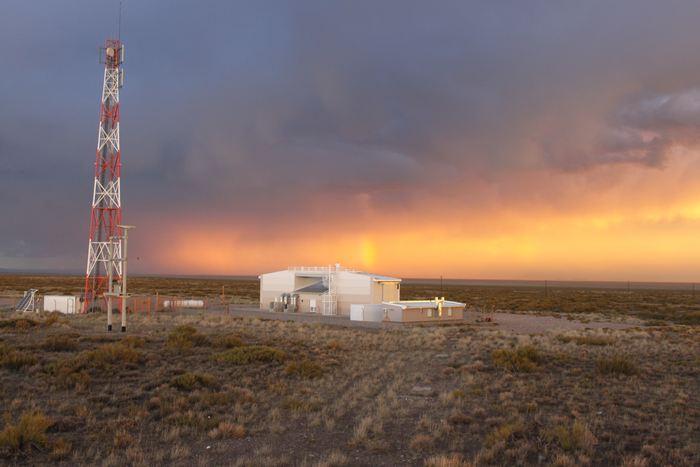 L'un des 4 détecteurs de fluorescence de l'Observatoire Pierre Auger dans l'ouest de l'Argentine. Les détecteurs mesures la faible lumière en ultra-violet émise par les rayons cosmiques quand ils frappent l'atmosphère - Crédit: The Pierre Auger Observatory