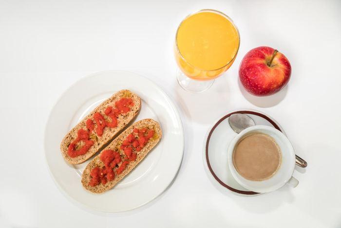Un bon petit-déjeuner se compose généralement de :   - Une tasse de café, un verre de lait ou du yaourt - Des fruits - Du pain au blé entier - Des tomates et de l'huile d'olive