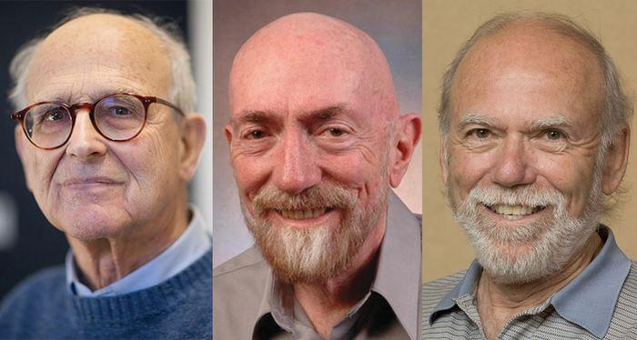 Rainer Weiss (gauche), Kip Thorne (milieu), Barry Barish (droite) ont gagné le prix Nobel de Physique 2017 pour leurs travaux sur les détecteurs du LIGO pour les ondes gravitationnelles.