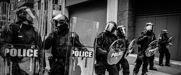 Un rapport suggère qu'aux États-Unis, quasiment la moitié des personnes tuées par la police, ne sont jamais signalé en tant que tel dans les certificats de décès. Ce manque de signalisation concerne principalement les comptés pauvres, les noirs et les personnes de moins de 18 ans. Le rapport a comparé les données d'une base de données nationale et celle qui a été compilée par le journal The Guardian.