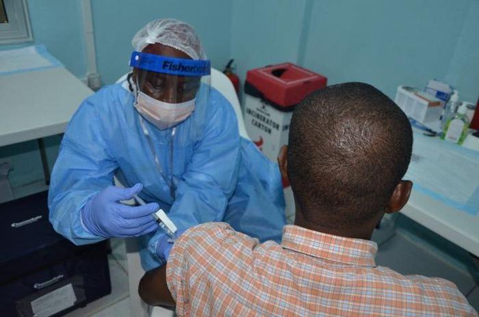 Un volontaire reçoit l'un des vaccins contre Ebola