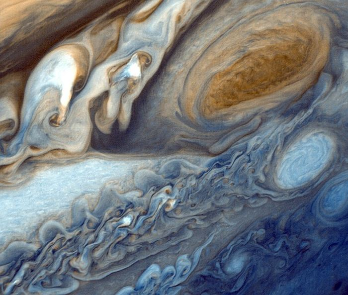Une recherche suggère que les impulsions des aurores sur Jupiter sont indépendantes les unes des autres. C'est un phénomène intrigant, car sur Terre, les aurores boréales sont coordonnées par le champ magnétique. Sur Jupiter, une hypothèse est que ces aurores de jupiter se comportent différemment à cause de l'interaction avec le vent solaire.