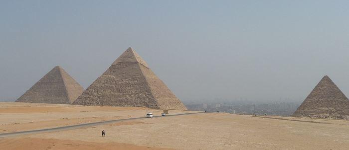 En utilisant les rayons cosmiques, les chercheurs rapportent la découverte d'un espace vide d'une longueur de 30 mètres à l'intérieur de la Grande Pyramide de Gizeh connue également comme la Pyramide de Cheops. On a découvert cet espace en utilisant des détecteurs de muons qui offrent de nouvelles opportunités pour cartographier ce type de monument qui est inhabituellement inaccessible.