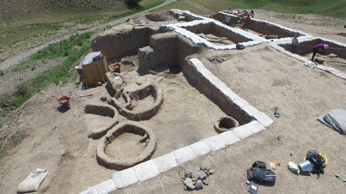 Une image par drone du site archéologique de Gadachrili Gora en Géorgie - Crédit : Stephen Batiuk