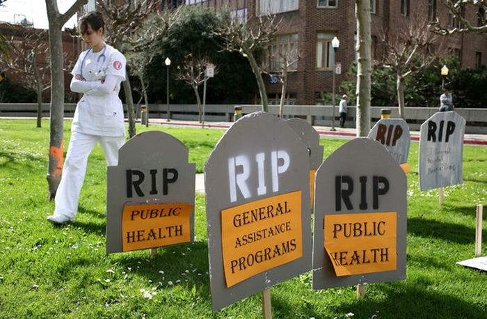 Une étude d'observation révèle plus de 120 000 décès à cause des coupes dans les dépenses sociales et de santé en Angleterre. Les personnes de plus de 60 ans et celles résidant dans les foyers de soin sont les plus touchées.