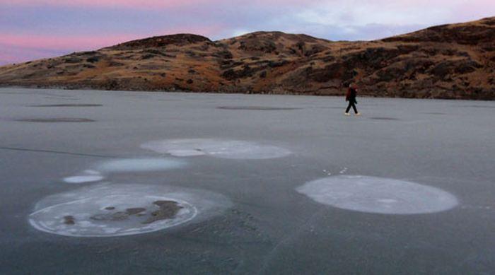 Du méthane qui s'échappe d'un lac en Arctique - Crédit : K. W. Anthony