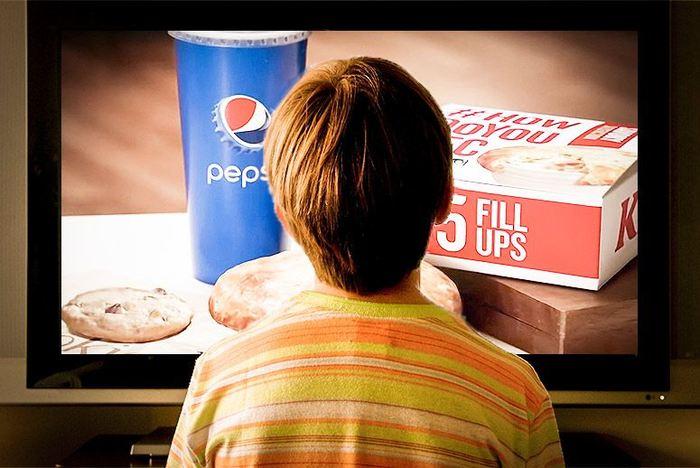 Un rapport en Angleterre montre que les réglementations sur les publicités de nourriture ne sont pas respectées. 6 publicités sur 10 concernant la malbouffe et les enfants sont les plus touchées avec une influence sur leur préférence alimentaire.