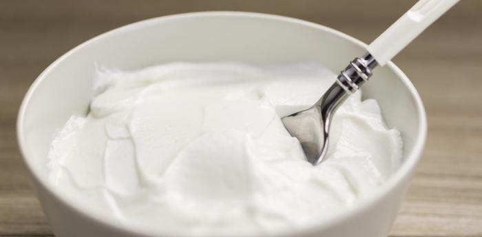 Une recherche suggère qu'on peut utiliser des bactéries pour transformer les déchets provenant du yaourt grec afin d'avoir des briques élémentaires pour les biocarburants. Toutefois, l'approche reste expérimentale et il faudra beaucoup d'étapes avant d'arriver à une application pratique.