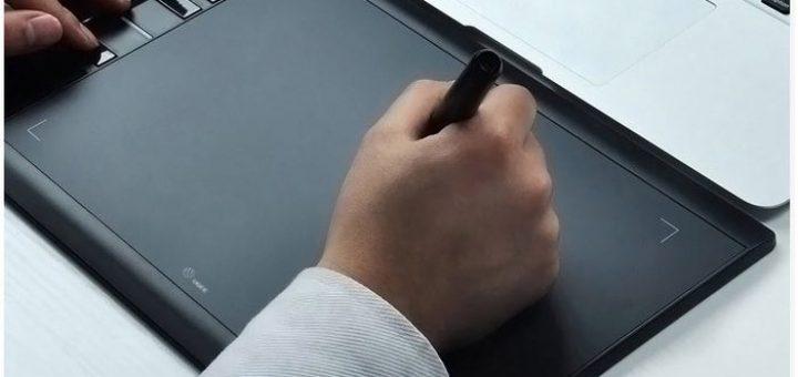 La tablette graphique UGEE M708 est un petit bijou qui comprend de nombreuses caractéristiques d'un modèle de moyen de gamme. Le prix est également vraiment intéressant en étant inférieur à 50 euros.