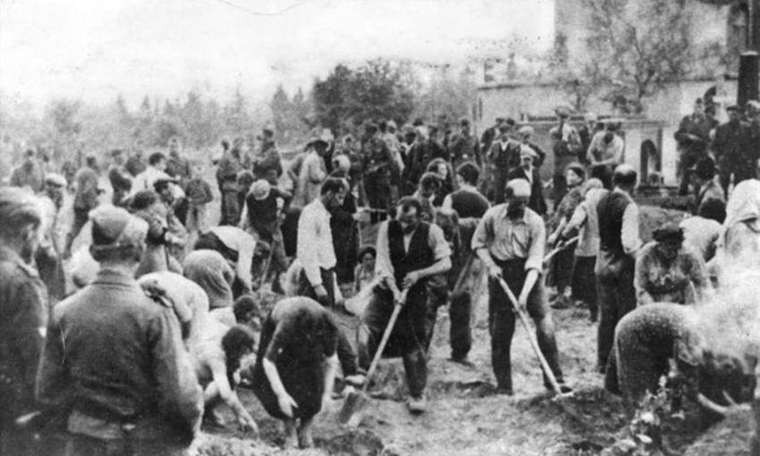 Des juifs obligés de creuser leurs propres tombes à Storov en Ukraine en 1941 - Crédit : Archives de l'Etat allemand.
