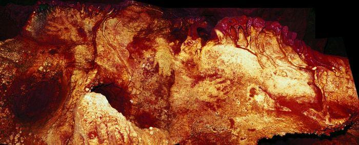 Le Panel 3 dans la grotte Maltravieso montre 3 peintures à la main (droite du centre, en haut du centre et en haut à gauche). Une peinture date de 66 000 ans et elle a été fait par un néandertalien - Crédit : H. Collado