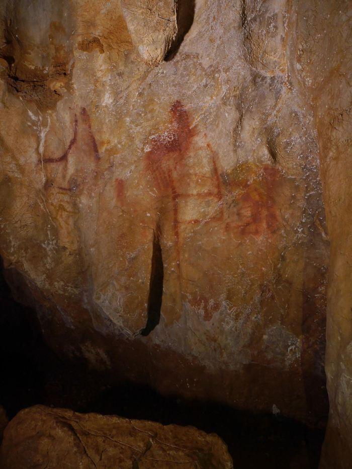 Le Panel 78 dans La Pasiega. Le scalariforme (forme d'échelle) composé de lignes rouges verticles et horizontales date de 64 000 ans et il a été fait par un néandertalien - C.D Standish, A.W.G. Pike and D.L. Hoffmann
