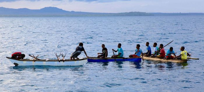 Des hommes dans des pirogues dans le nord est de Malakula à Vanuatu - Crédit : Russell Gray & Heidi Colleran
