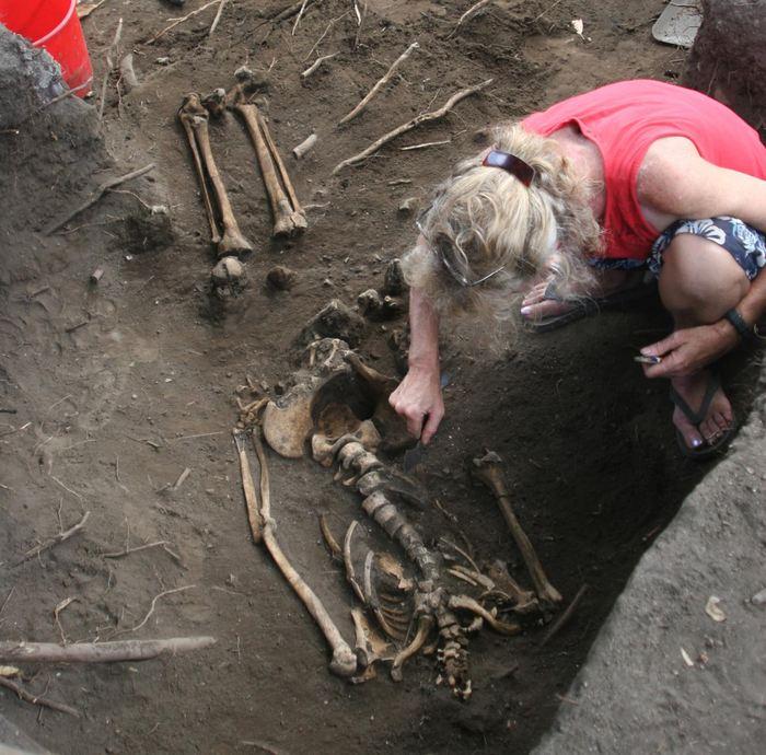 La Dr Frédérique Valentin sur un site d'excavation à Uripiv Island, Malakula au Vanuatu - Crédit : Stuart Bedford